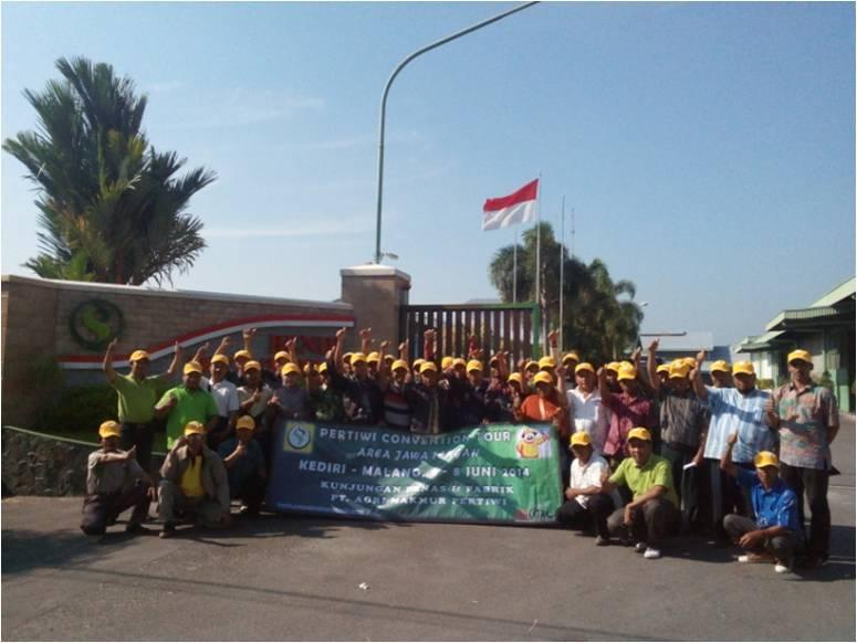 Peserta tour berfoto bersama di depan pabrik Benih Pertiwi