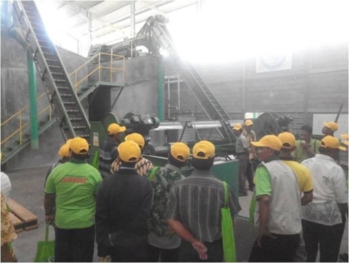 Perserta Tour mendapat penjelaskan tentang kegiatan prosesing di pabrik.